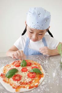 ピザを作る女の子の写真素材 [FYI02021372]