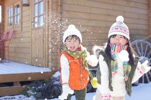 雪合戦をして遊ぶ男の子と女の子の写真素材 [FYI02021375]
