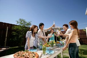 ガーデンパーティーを楽しむ若者達の写真素材 [FYI02021484]