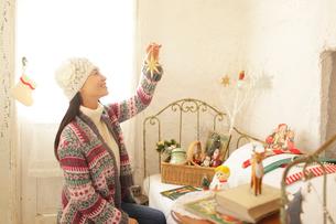 アンティーク雑貨屋で買い物をする女性の写真素材 [FYI02021535]