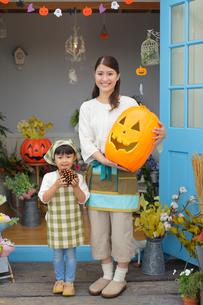 ハロウィンの季節に花屋で働く親子の写真素材 [FYI02021536]