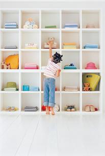 リビングの大きな棚と女の子の写真素材 [FYI02021552]