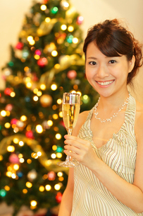 クリスマスパーティーを楽しむ女性の写真素材 [FYI02021557]