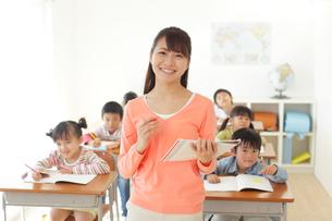 低学年のクラスを持つ先生の写真素材 [FYI02021566]