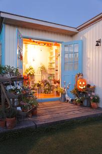 ハロウィン装飾の花屋の写真素材 [FYI02021584]