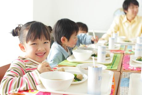 小学校の給食の時間の写真素材 [FYI02021603]