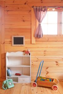 ログハウスの可愛い子ども部屋の写真素材 [FYI02021610]