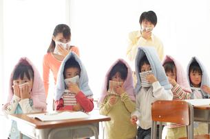避難訓練をする小学生と先生の写真素材 [FYI02021619]