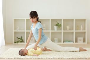 運動をするお母さんと赤ちゃんの写真素材 [FYI02021677]