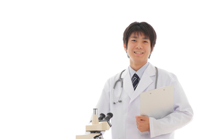 白衣の若い男性と顕微鏡の写真素材 [FYI02021696]