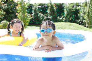 プールに入る子供たちの写真素材 [FYI02021706]