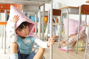 避難訓練をする小学生の子供達の写真素材 [FYI02021708]