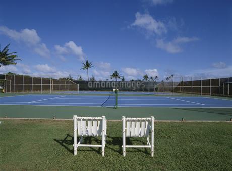 イスとテニスコートの写真素材 [FYI02021720]