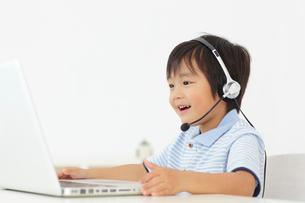 通信教育をする男の子の写真素材 [FYI02021752]