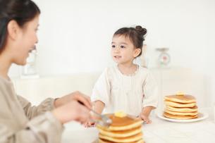 ホットケーキを食べる母と娘の写真素材 [FYI02021766]