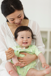 離乳食を食べる赤ちゃんとお世話するお母さんの写真素材 [FYI02021768]