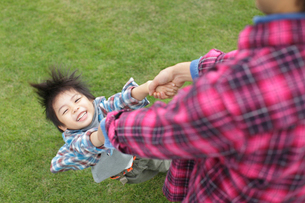 パパと遊ぶ男の子の写真素材 [FYI02021785]