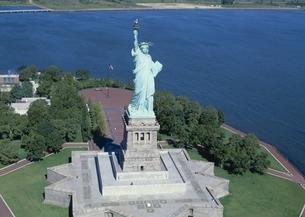 自由の女神と海の空撮の写真素材 [FYI02021844]