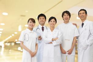 笑顔の医師とナースと研修医の写真素材 [FYI02021874]