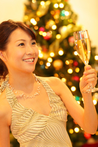 クリスマスパーティーを楽しむ女性の写真素材 [FYI02021886]