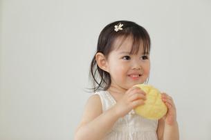 メロンパンを食べる女の子の写真素材 [FYI02021890]