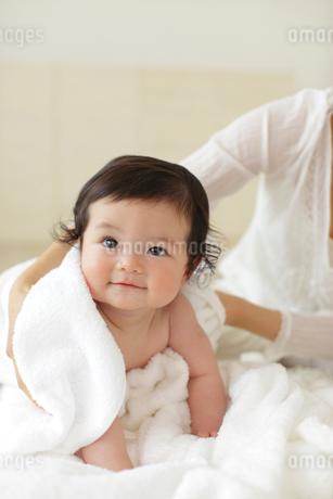 まっ白いタオルに包まれる赤ちゃんの写真素材 [FYI02021904]