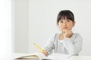 勉強をする小学生の女の子の写真素材 [FYI02021925]