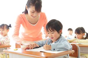 小学校の授業風景の写真素材 [FYI02022009]