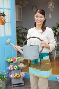 じょうろを持っている花屋の店員さんの写真素材 [FYI02022015]