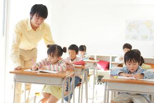 小学校の授業風景の写真素材 [FYI02022101]