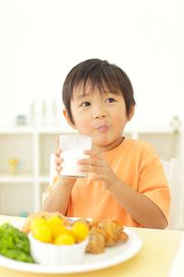 牛乳を飲む男の子の写真素材 [FYI02022224]