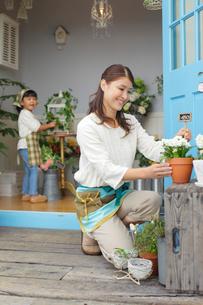 花屋で働くママと手伝いをする娘の写真素材 [FYI02022309]