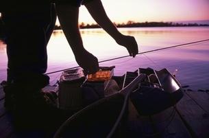 釣りの準備をするシルエットの写真素材 [FYI02022311]