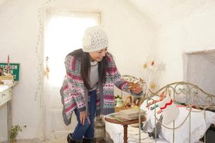 アンティーク雑貨屋で買い物をする女性の写真素材 [FYI02022312]