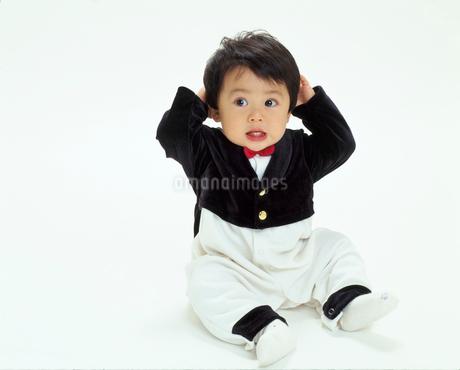タキシードを着ている赤ちゃんの写真素材 [FYI02022372]