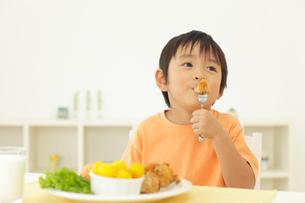 食事をする男の子の写真素材 [FYI02022403]