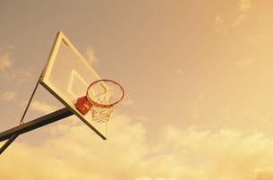 夕暮れのバスケットゴールの写真素材 [FYI02022414]