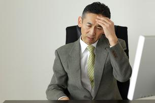頭痛に悩む会社員の写真素材 [FYI02022436]