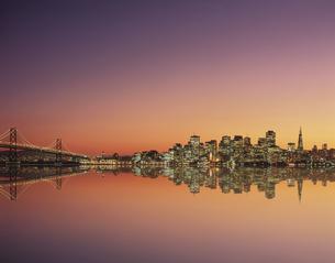 サンフランシスコリフレクション夕景 の写真素材 [FYI02022445]