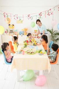 お誕生日パーティーをする子供たちの写真素材 [FYI02022446]