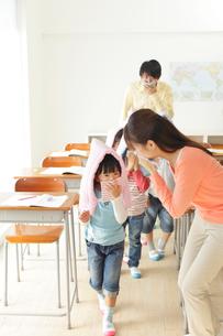 避難訓練をする小学生と先生の写真素材 [FYI02022461]