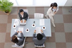 オフィスで会議中の若い男女の会社員の写真素材 [FYI02022467]