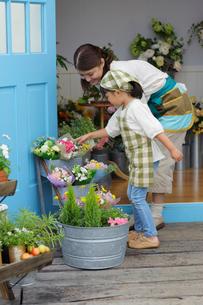 花屋で働くママと手伝いをする娘の写真素材 [FYI02022472]