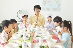 小学校の給食の時間の写真素材 [FYI02022490]