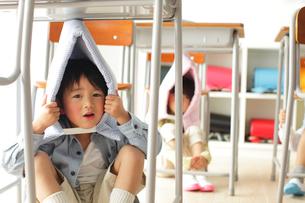 避難訓練をする小学生の子供達の写真素材 [FYI02022498]