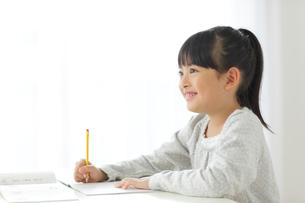 勉強をする小学生の女の子の写真素材 [FYI02022538]