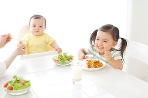 家族の食卓の写真素材 [FYI02022581]
