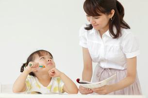 勉強する女の子と先生の写真素材 [FYI02022603]