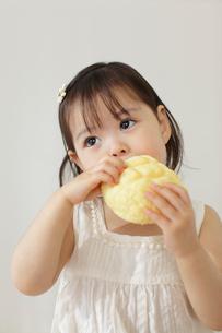 メロンパンを食べる女の子の写真素材 [FYI02022613]