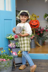 花屋のお手伝いをしている女の子の写真素材 [FYI02022753]